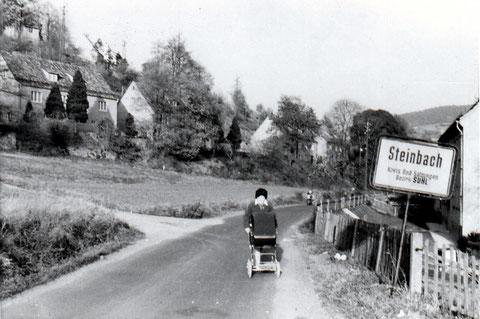 Den Kinderwagen schiebt Elvira Milde und im Körbchen liegt ihre Tochter Bianca, geb. am 17.04.1973.