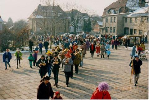 Kinderfasching 1993 auf dem Weg zur Stadthalle- der Löwen  war 6 Monate später Geschichte, das Gleiche gilt für die Keksfabrik  - Archiv W.Malek