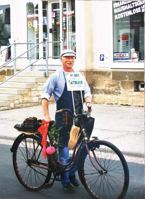 Walter mit Dienstrad 1998 beim Heimatfest der Stadt Bad Liebenstein, die Leisten hängen am Lenker, die zwiegenähten Skischuhe hält der Gepäckträger