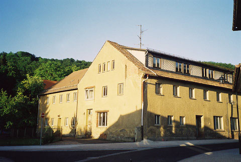 Brunnenhaus - rechtwinklig dahinter das ehemalige Badehaus, daraus wurde Brunnenversand, Wäscherei und auch Wohnheim - Von J.Bodenstein 31.08.2018 gepostet