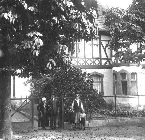 Rechts die Kinder Rolf und Karl-Heinz mit Elise Beutel und links eine Patientin der Augenheilanstalt Charlotte, die im Wohnzimmer  der Familie Beutel logierte und geführt werden musste