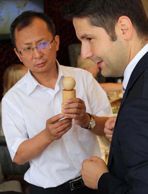 Baoji (China) Der  Generaldirektor Jia Shuanxiao eines Titaniumunternehmens mit 10000 Beschäftigten nimmt von Dr. Michael Brodführer, Bürgermeister von Bad Liebenstein, die Fröbelgaben entgegen 08.07.2015 Baoji - Foto W.Malek