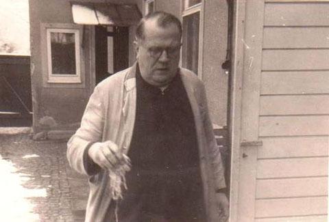 Karl Claus -Gemüseladen in der Rohstraße 7, vermutlich probiert er gerade das Sauerkraut - Sammlung B.Huhn