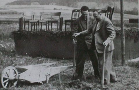 Es war der erste und gleichzeitig auch letzte Spatenstich zur Grundsteinlegung eines später nie gebauten Kindergarten duch den damaligen Landrat von Uwe Wenzel