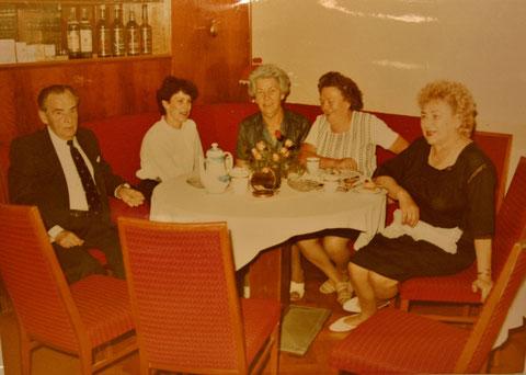 Stammtisch mit Öttchen, Emmi Reum, Toni Altmann und Hilda Schüßler - Sammlung C.Rönsch