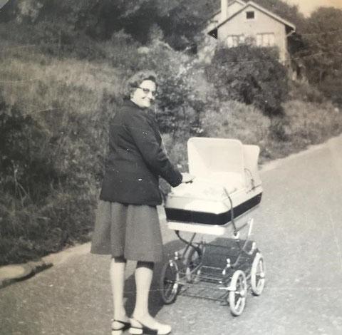 Nadja 1976 im Kinderwagen vor der Schanzenbaude Steinbach