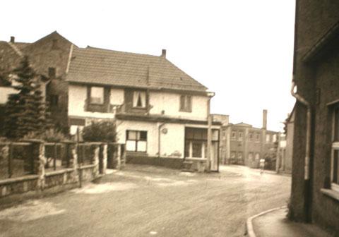 """Im Hintergrund die """" Klingelbude"""" , Blick von der Theaterstraße in Richtung Puschkinstr. - Archiv W.Malek"""