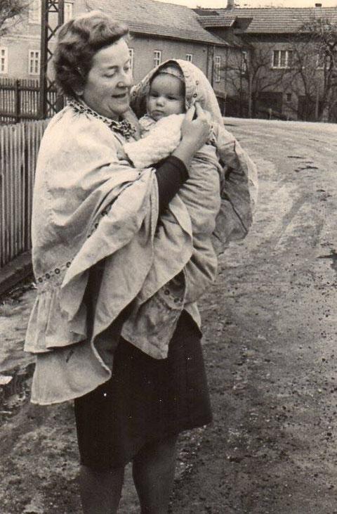 Martha Döhrer im Hockmantel mit Enkel klein Mario vor Lapps Gasthaus - Sammlung Mario Döhrer