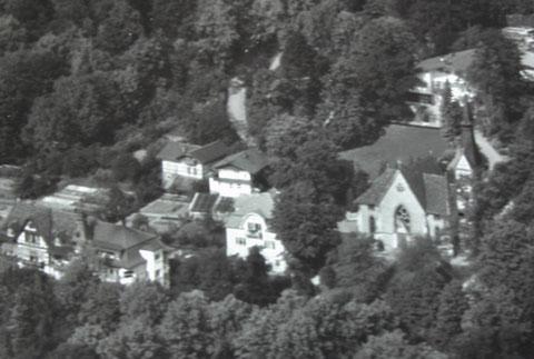 Aufnahme kurz nach der Fertigstellung der Villa von Pallas Reum 1938 rechts oben - die Remise in der Bildmitte, links daneben die Remise der Lubitz-Villa, unten links Villa Edelweiß