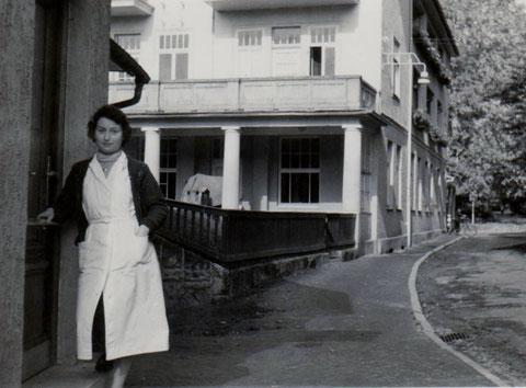 Sammlung Angela Oskar - Ihre Mama vor dem Friseurladen - Hotel Kampf im Hintergrund
