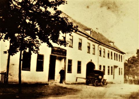 Ausgespannter Kutschwagen vor dem Goldenen Hirsch - Archiv W.Malek