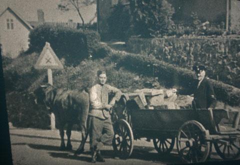 Leiterwagen in der Inselbergstraße mit Paketen