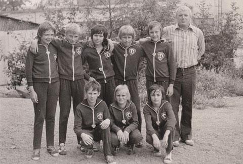 Hübsche Dynamo-Jungen mit Übungsleiter Udo Rommel und Sohn Knut (hinten-zweiter von links)