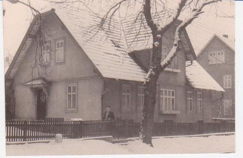 Karl Heym vor seinem Haus in der Bahnhofstraße 1967