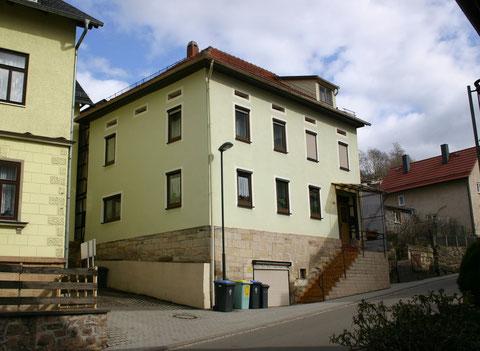 Herzog-Georg-Straße 45, links Felsenkeller, rechts Haus Müller -  Aufnahme März 2012