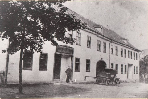 Herzog-Georg-Straße 40, Constantin Reich, Walter Börners Großvater mütterlicherseits, als Inhaber vor seiner Gaststätte - Archiv W.Malek
