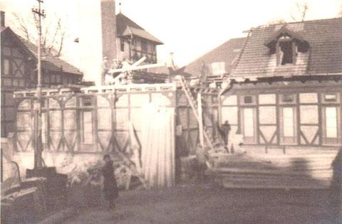 Abriß 1937 - Archiv W.Malek, im Bild links das Gebäude vom alten Badehaus, das Herr Hubatsch 2013 saniert hat (siehe unter Villen- Badehaus)