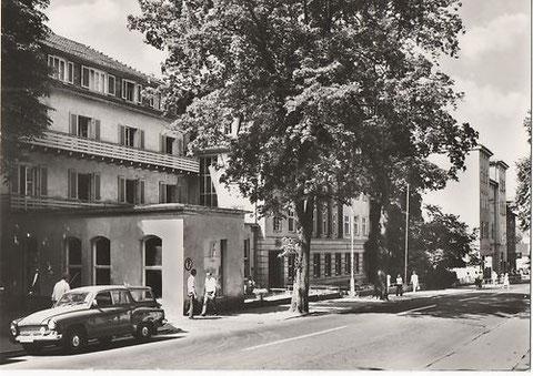Sanatorium Hugo Gefroi mit Wartburg 311 Campinglimousine 1960er - Archiv W.Malek