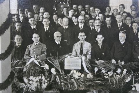 Alfred  Heller ( *11.11.1873 Bali, + 19.06.1947 Schweina) inmitten seiner Belegschaft 1938 als 65 jähriger