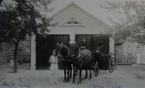 Exquisitgaragen für die Landauer (Samtbepolstert) und den Pferdeschlitten - links Tante Lina Schreiner