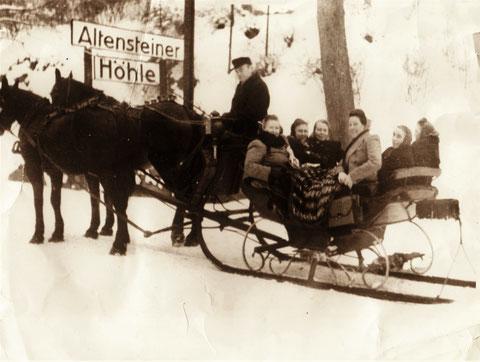 Schlittenfahrt mit Pferdekutsche vor Altensteiner Höhle - Freundeskreis mit Berta Hanl, Frau Schüßler, Frau Büchner, Frau Winter  u.a.