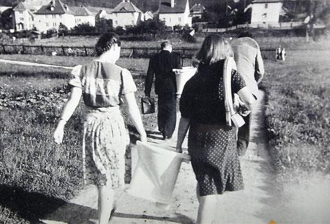 Bewohner der Baracken am Aschenberg freuen sich über neue Badutensilien, 1950er -Quelle Walter Hartmann
