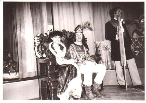 Prinzessin Eva-Maria Erbe und Prinz Jürgen Wisner 1982 auf der Bühne im Saal, rechts Zeremonienmeister J.Walter - Archiv W.Malek