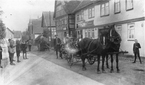Leiterwagen auf dem Dorfplatz in Dermbach - Ahnenforschung Gehb von Edith Leis