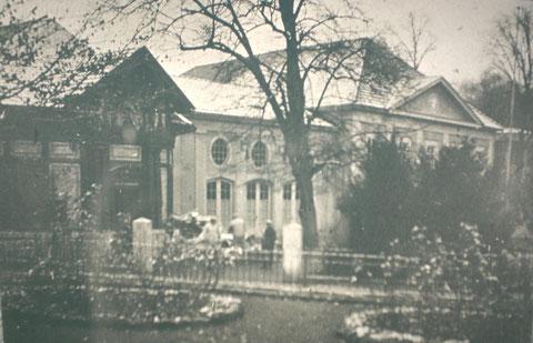 links der Eingang zum Badekomplex - Archiv W.Malek