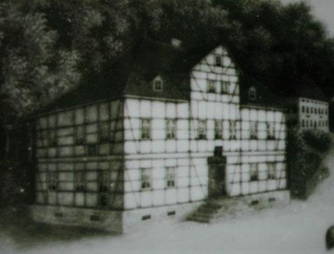 Zochersches (Fachwerk)-Wirtshaus - Darstellung auf einem Porzellanteller, der im Besitz von Gerda Obmann war - Repro W.Malek