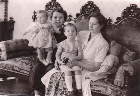 Gisela Claus mit Töchtern Brigitte, Monika und ... in der Wohnung im Erker Goldener Löwen - Sammlung B.Huhn