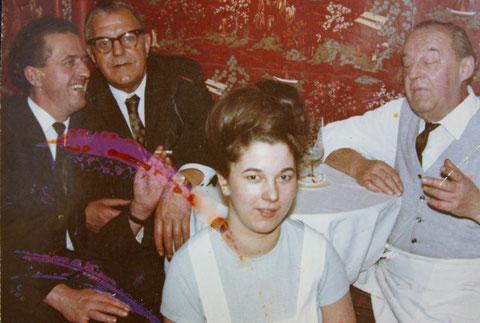 Eckstammtisch mit Horst Müller, Herrn Nietschke, einer Kellnerin und Inhaber Herrn Essig