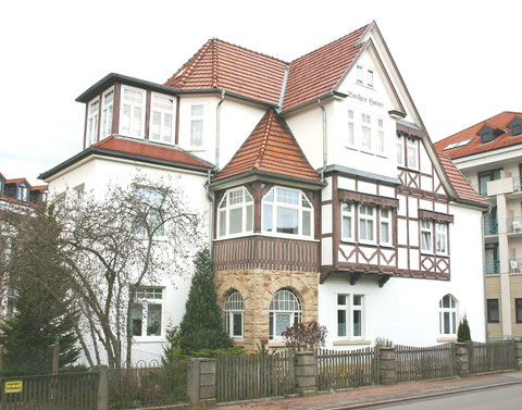 Villa von Christian Luther im April 2012, im obigen Briefkopf zwischen den beiden Schornsteinen zu erkennen, rechts und links m & i