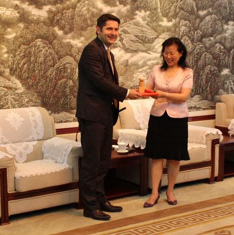 Baoji - Dr. M.Brodführer übergibt die Fröbel-Gaben an Frau Ding Lin, der Bürgermeisterin der Stadt Baoji am 09.07.2015 Foto W.Malek