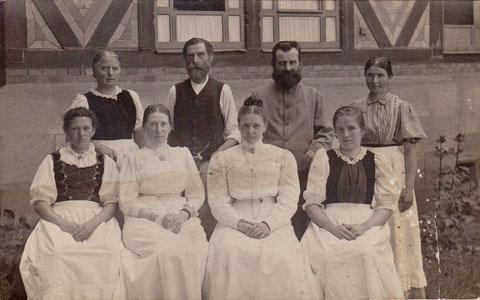 Angestellte vor dem Badehaus - Archiv Gerd Eisenbrandt