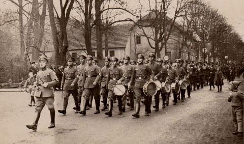 In den 1930ern - Bali marschiert vor dem Gemeindeamt und der ehemaligen Schule - Archiv Gerd Eisenbrandt