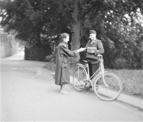 Briefträger Josef Malek in den 1950ern neben der Villa Elisabeth mit Blick in den Wiserweg - Quelle W.Malek