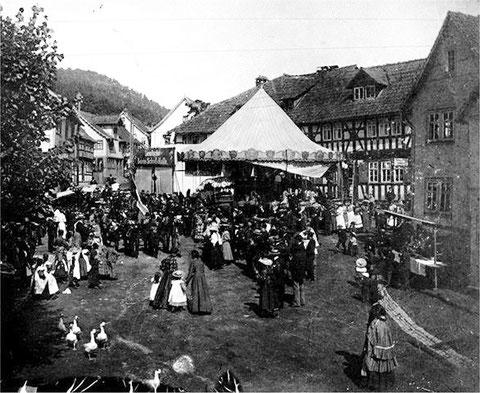 Kirmes auf dem Marktplatz in Steinbach 1922 ? - Archiv Wolfgang Schütz / Foto Bodenstein
