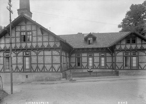 Der für alle zugängliche Trinkbrunnen in einer Nische des Badehauses (Blick vom Brunnenweg)- Archiv Jürgen Roth / Marburger Bildarchiv