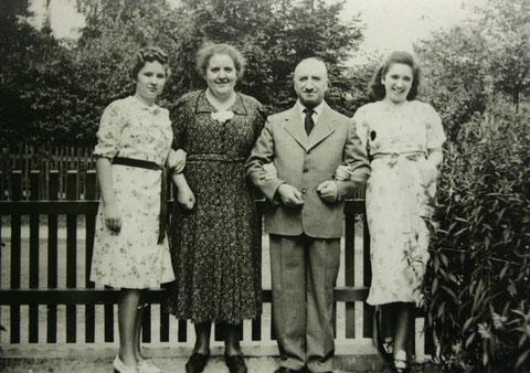 1938 Garten von Rohstraße 9 - von links Margot Liebenstein, spätere Merin, Emma Liebenstein, geb. Kaiser, Bernhard Liebenstein und Ilse Liebenstein, spätere Hartmann - Archiv M.Merin