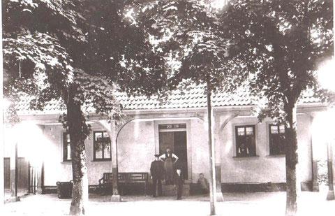 links mit der Mütze Postbote Karl Munkel - Archiv W.Malek
