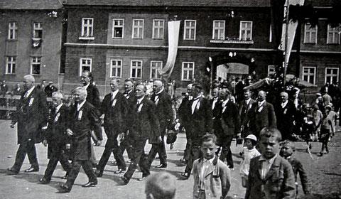 Turnfest im Dorfe Trupschitz 1934, zweite Reihe links: Dr.Swoboda - Sammlung Ruth Grumptmann