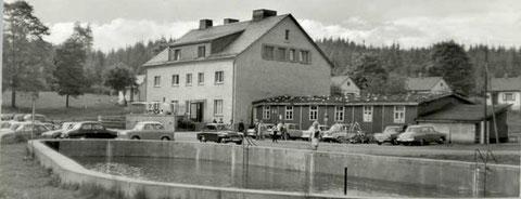 Aufnahme vor 1969 - Der hölzerne Anbau stand vorher auf dem Gelände der EOS und war als Werk- und Zeichenraum genutzt worden - Archiv W.Malek