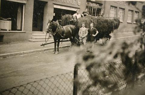 Pennäler mit Fuhrwerk vor Möbel Knauf - Archiv W.Malek