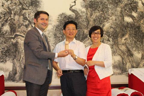 Peking - Generaldirektor der Kammer für Übersee-Handelsbeziehungen Xu Yuming erhält Fröbel Gaben - rechts FrauJinwen Li-Klawiter, links Dr. M.Brodführer 06.07.2015 - Foto W.Malek