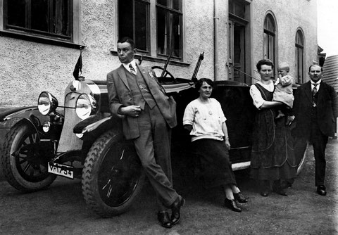 1922 - Clara & Herbert & Karl Schilling (3 Personen rechts) neben einem Gäste PKW vor dem Hotel zur Traube in Schweina - Quelle Hajo Schilling