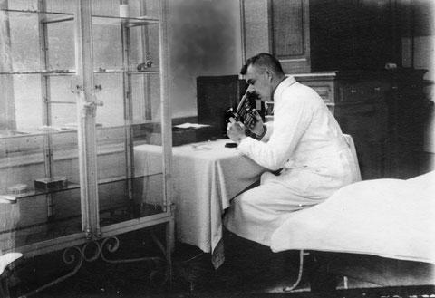 Dr. med. Gehrke  in den 1930ern in den Praxisräumen der Holsatia - Sammlung Regine Richter