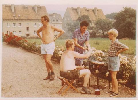 Erich Hanl, Emmi Istel, Heini Istel und Bernd Malek am Bratwurstrost - auf der Wiese sind später die zwei Wälzkörperblöcke gebaut worden