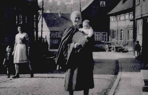 links Frau Walther mit Freia Ute Taeger