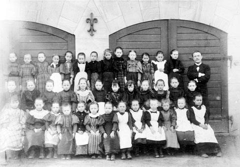 Volksschule in der Schulstraße - Archiv Horst Schneider und Cornelia Pissareck - rechts Oberlehrer Claus